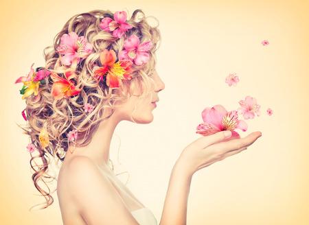femme papillon: Fille de beaut� prend de belles fleurs dans ses mains Banque d'images