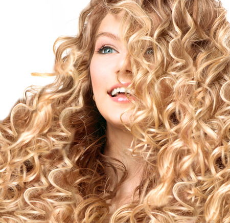 Schönheit Mädchen mit blonden dauergewelltes Haar Lächelnde junge Frau