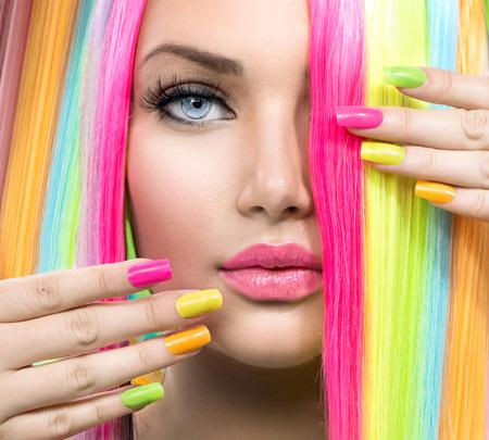 Beauty Girl Retrato com composição colorida, cabelo e unhas polonês