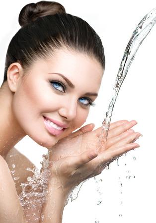 Schönes Modell Frau mit Spritzern von Wasser in den Händen Standard-Bild