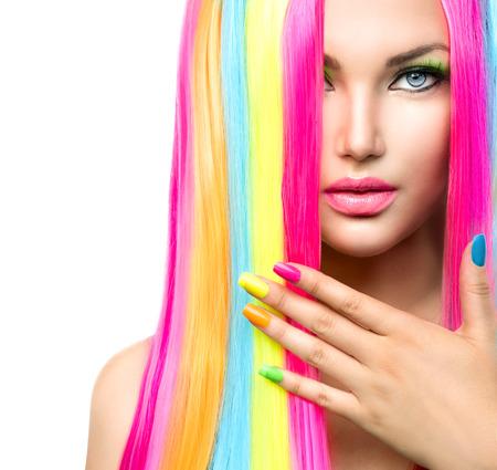 Muchacha de la belleza del retrato con maquillaje colorido, Cabello y esmalte de uñas