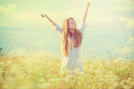 naturaleza: Belleza chica disfrutando al aire libre naturaleza