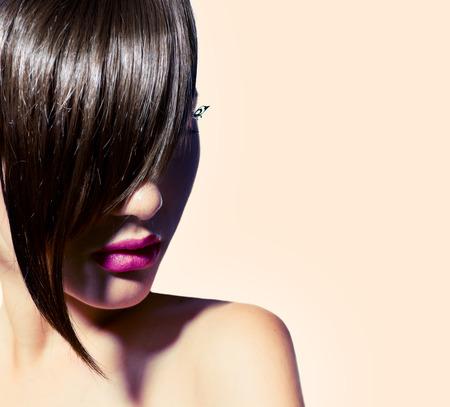 moda: Modello di bellezza della ragazza con la moda taglio di capelli frangia alla moda