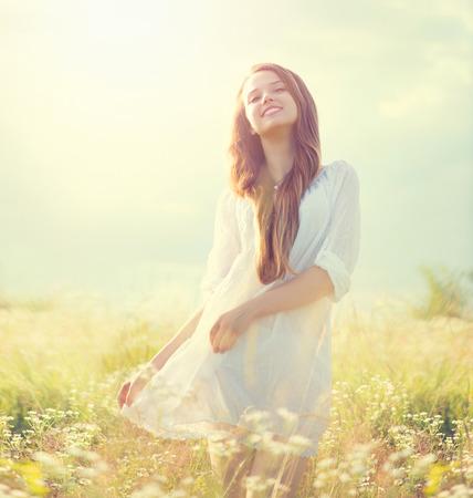 skönhet: Skönhet sommar flicka utomhus njuter av naturen