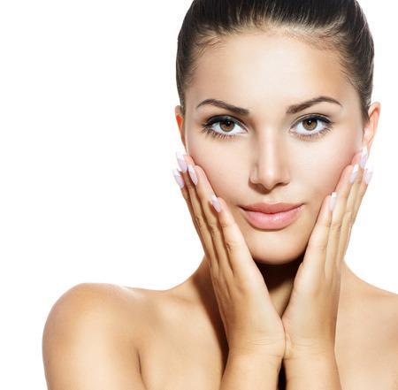 piel: Rostro de mujer joven con la piel limpia fresca sobre Blanco