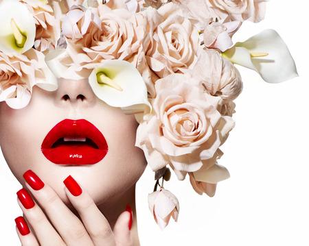 divat: Divat szexi nő Vogue stílusú modell lány arcát rózsákkal