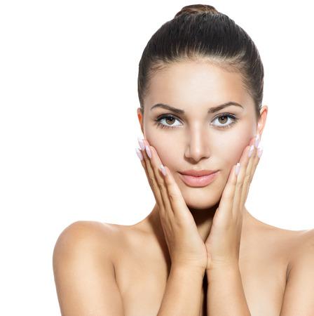 limpieza de cutis: Rostro de mujer joven con la piel limpia fresca sobre blanco