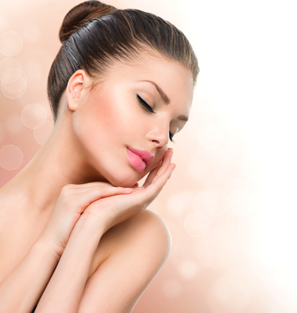 美女: 美容水療女人肖像漂亮的女孩觸摸她的臉 版權商用圖片