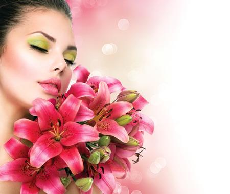 ramo flores: Muchacha de la belleza con el ramo de flores de Lilly