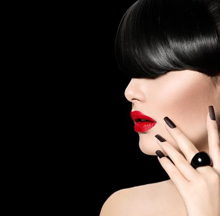 moda: Wysoka modelka dziewczyna portret z Trendy Fringe Fryzura Zdjęcie Seryjne