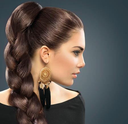 cabello largo y hermoso: Peinado de la novia hermosa mujer con el pelo sano largo Foto de archivo
