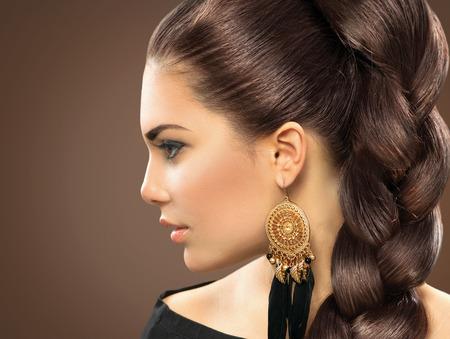 aretes: Peinado de la novia hermosa mujer con el pelo sano largo Foto de archivo