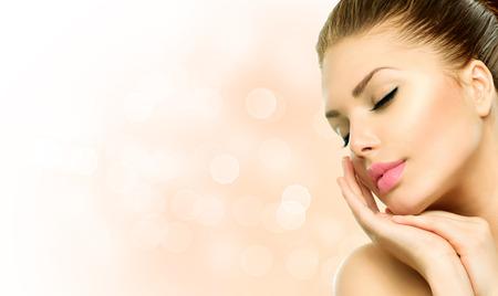 Beauty Spa Kadın Portresi Güzel Kız yüzüne dokunarak Stok Fotoğraf