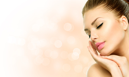 Beauty Spa kvinna stående Vacker flicka vidrör hennes ansikte Stockfoto