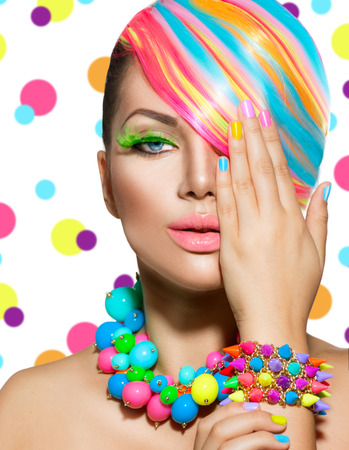 regenbogen: Portret schoonheid Meisje met kleurrijke make-up, haar en accessoires