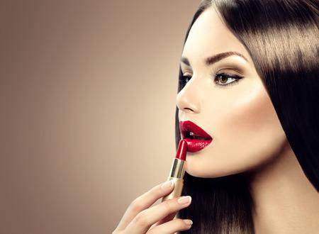 Maquillaje profesional Lipgloss muchacha de la belleza aplicar el lápiz labial Foto de archivo - 29848625