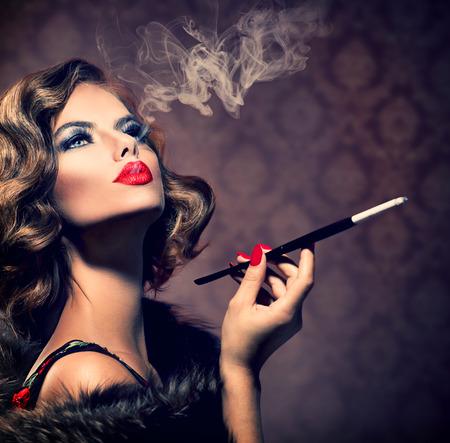 cigarro: Mujer retra con Boquilla Vintage Styled Beautiful Lady