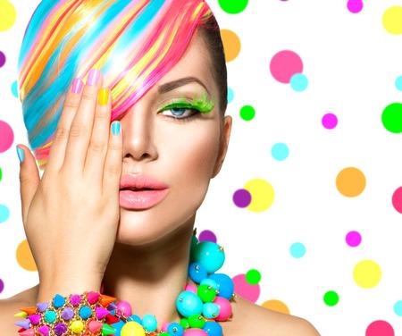 Bellezza ragazza del ritratto con il trucco colorato, capelli e accessori