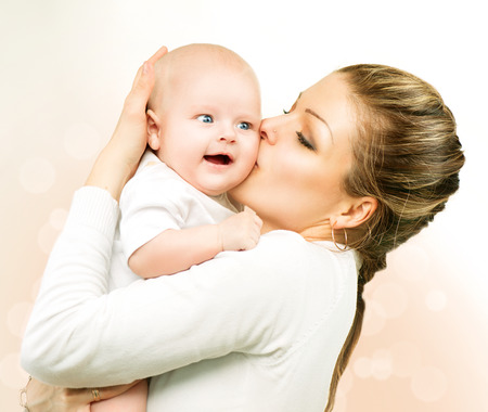 madre y bebe: Madre y bebé besando y abrazando a la mamá con su hijo