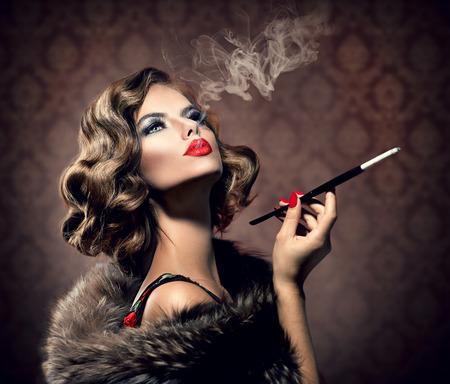 Retro Frau mit Mundstück Weinlese redete Beautiful Lady Standard-Bild