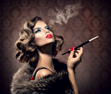 vintage: Retro Kobieta z Ustnik Winobrania stylem piękna pani