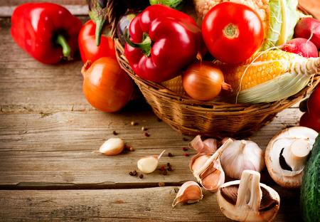 verduras: Saludables verduras org�nicas en un fondo de madera Foto de archivo