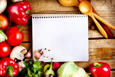 cocineros: Verduras orgánicas y especias sobre un fondo de madera