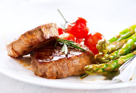 Bistecca di manzo alla griglia di carne con asparagi e pomodorini