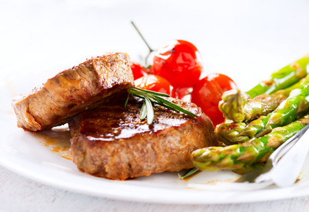 Gegrilde biefstuk vlees met asperges en kerstomaatjes