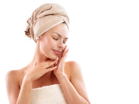 полотенце: СПА женщина красивая девушка после ванны касаясь ее лицо