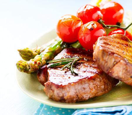 아스파라거스와 체리 토마토와 구운 쇠고기 스테이크 고기