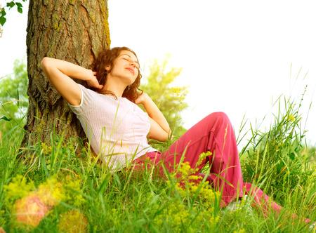 アウトドアを楽しむ自然の美しい若い女性