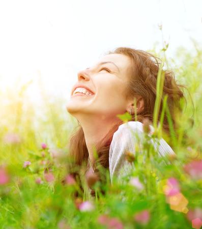 sorrisos: Mulher nova bonita ao ar livre apreciando Natureza