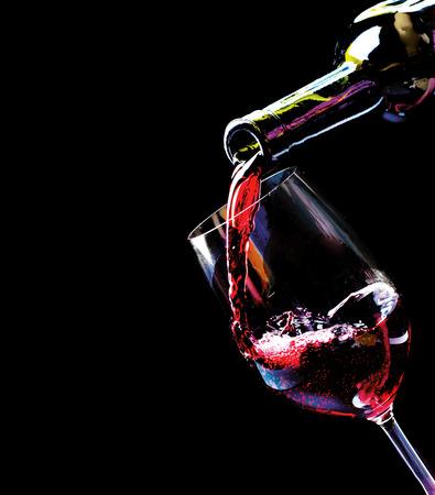 wine pouring: Vino Vino rosso versando in un bicchiere di vino