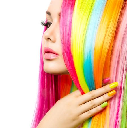 regenbogen: Portret schoonheid Meisje met kleurrijke make-up, haar en nagellak