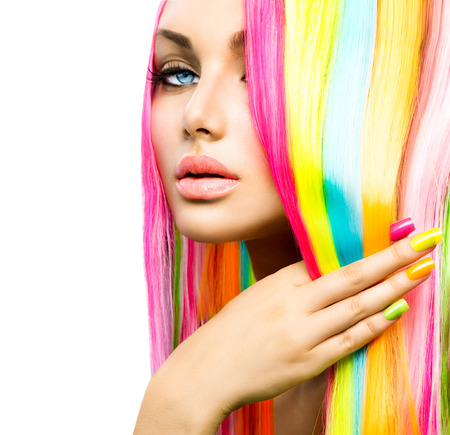 tinte cabello: Muchacha de la belleza del retrato con el maquillaje de colores, Cabello y esmalte de uñas Foto de archivo