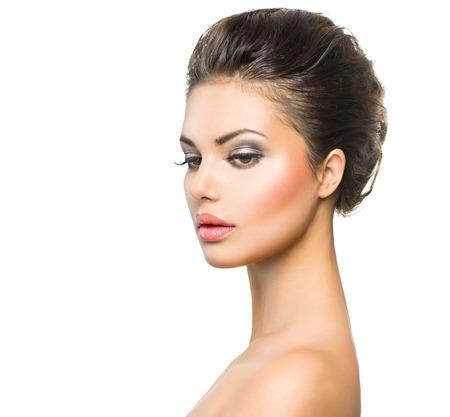 profil: Piękna młoda kobieta z czystym skóry zbliżenie na białym