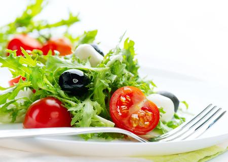 ensalada: Ensalada con queso mozzarella, aislado en fondo blanco