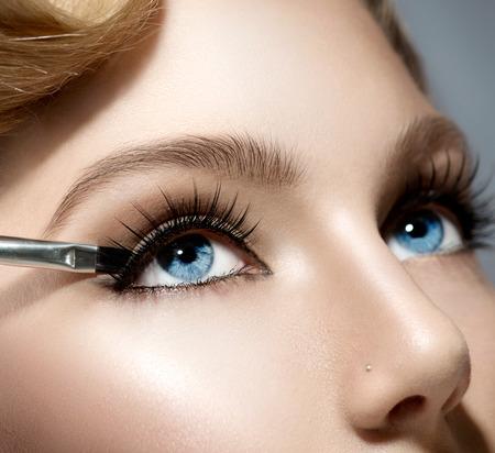 perfeito: Maquiagem Aplicando closeup Beleza Menina com pele perfeita