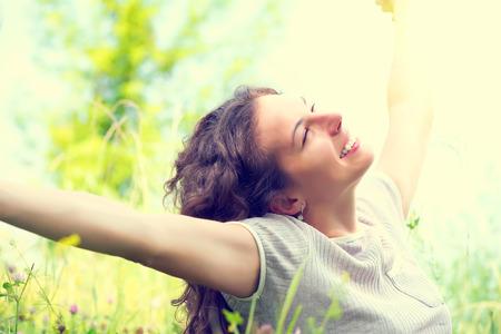 mujer alegre: Mujer hermosa joven al aire libre Disfrutar de la naturaleza Foto de archivo