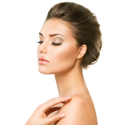 Mulher nova bonita com pele limpa e fresca closeup