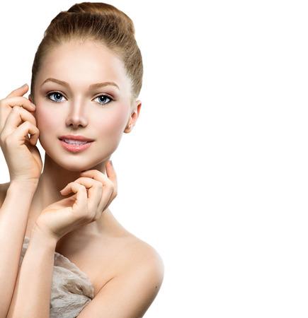 아름다움: 그녀의 얼굴을 만지고 뷰티 모델 소녀의 초상화 예쁜 여자