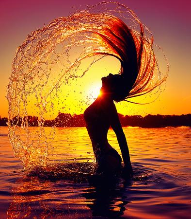 Belleza niña modelo salpicaduras de agua con su pelo