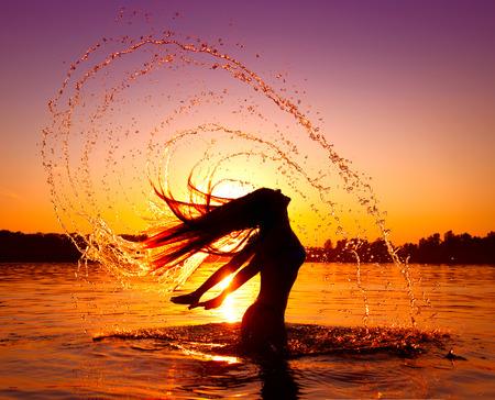 뷰티 모델 소녀 그녀의 머리에 물이 튀는