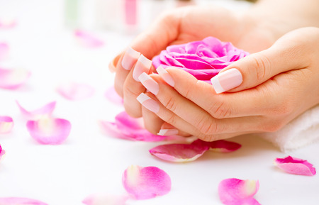 매니큐어와 손 스파 아름다운 여자의 손을 근접 촬영