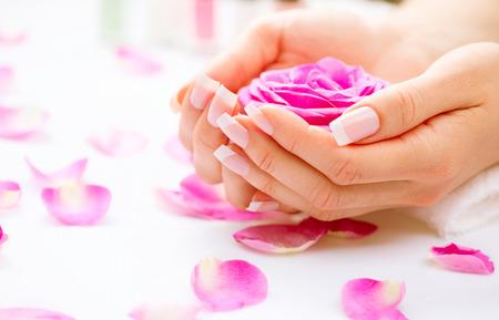 Maniküre und Hände Spa Schöne Frau, die Hände Nahaufnahme Standard-Bild