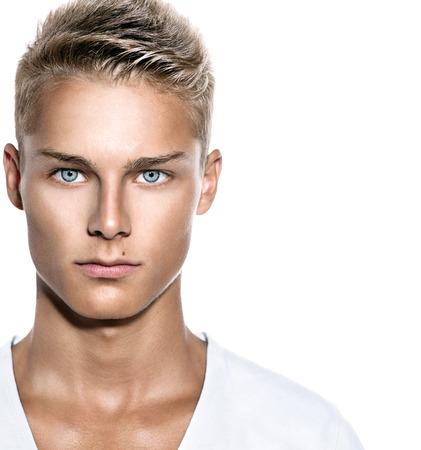 Gut aussehender junger Mann ins Gesicht Freundlicher Kerl isoliert auf weiß