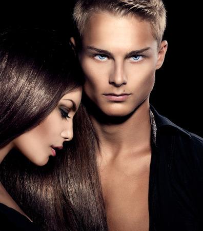 여자 친구의 포즈와 아름 다운 섹시 한 커플 초상화 모델 남자