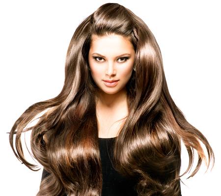 dishevel: Moda modello ritratto della ragazza con i capelli lunghi che soffia