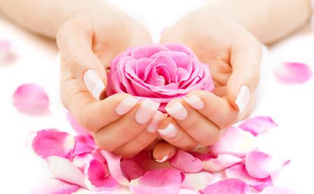 Manicure en handen spa Mooie vrouw handen close-up